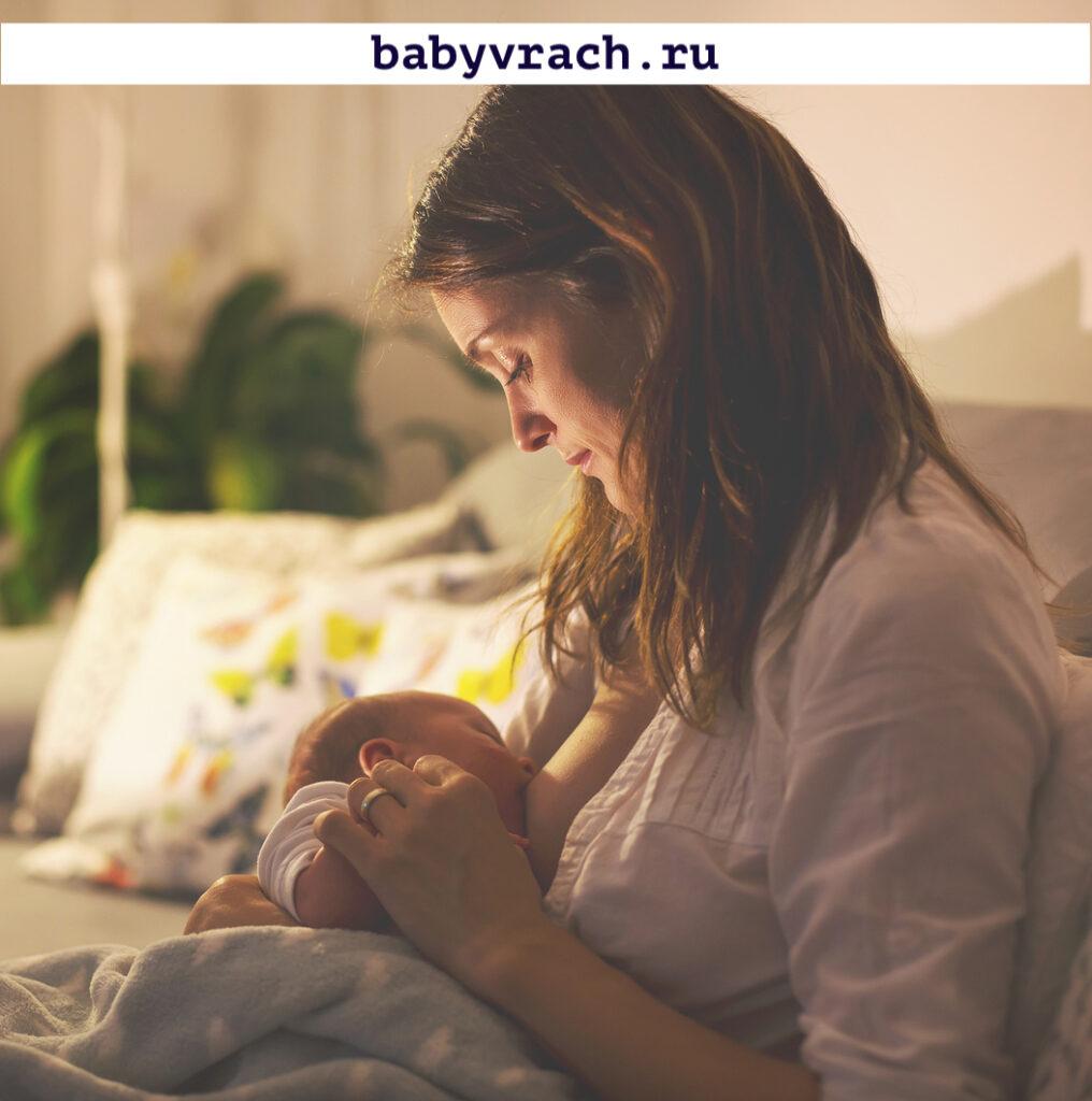 кормит грудного ребенка мама