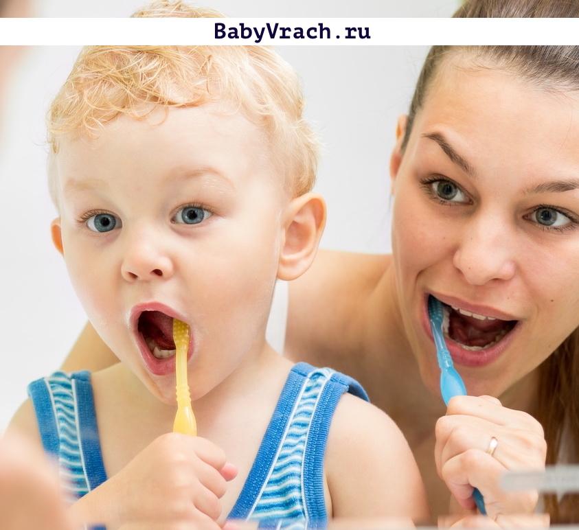 мама с сыном чистит зубы